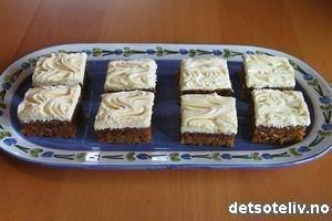 Gulrotkake  Oppskrift for 2 kaker:  Ingredienser:    10 dl sukker  7,5 dl matolje   10 egg  12,5 dl hvetemel  5 ts natron  5 ts bakepulver  5 ts kanel  1250 g skrelt gulrot