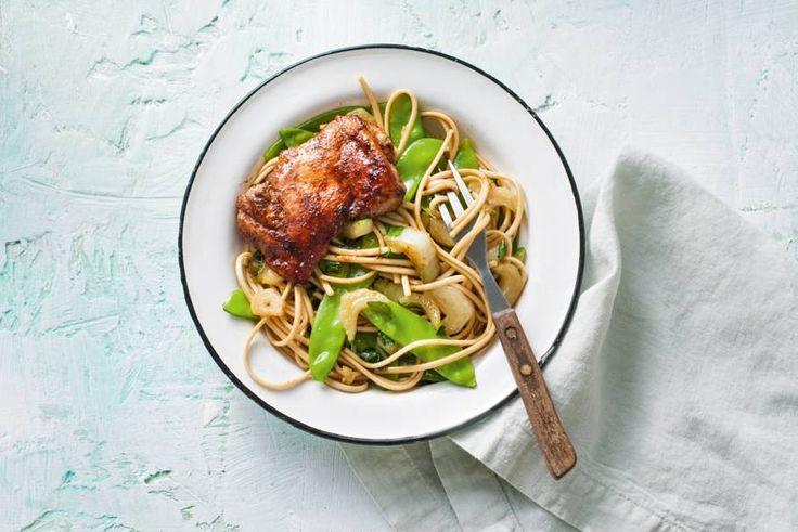 De marinade van deze kip is zó lekker dat we hem ook gewoon gebruiken als saus voor de noedels.- Recept - Allerhande