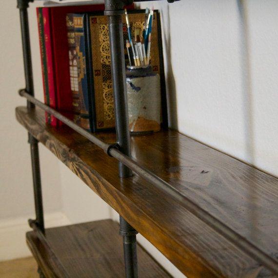 Cette étagère de tuyau industriel comprend une barre darrêt de bouteille. Cest très bien pour les étagères de bibliothèque ou de tenir lalcool. Ce concept de rayonnage a été acheté par Marriott Hotels pour leur expédition bar conteneur. Le but de cette pièce devait servir comme étagère au dessus de la barre et comprend un arrêt bouteille amovible. Cette bibliothèque industrielle est également idéal pour les bureaux à domicile. Le tuyau indiqué est en vedette dans « Bronze », et les…
