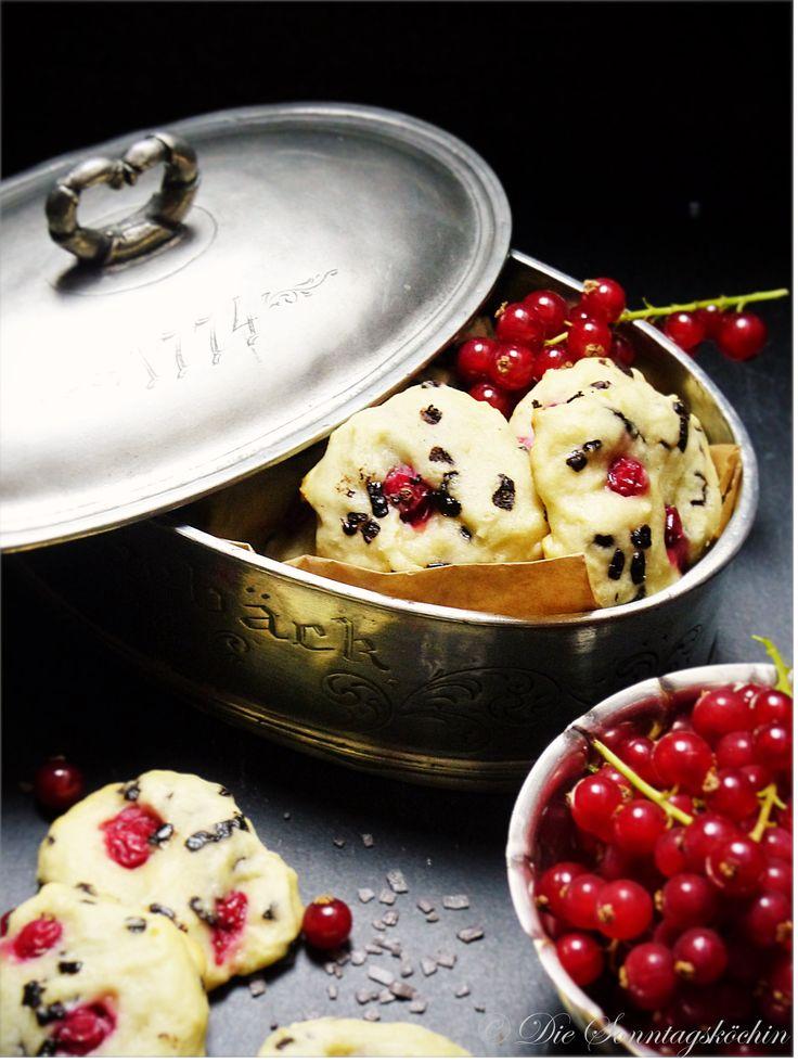 Sie  sind frisch, fruchtig und so schön soft. Die leckersten Cookies gibt es  mit Quark, Schokoflocken und frischen Johannisbeeren.