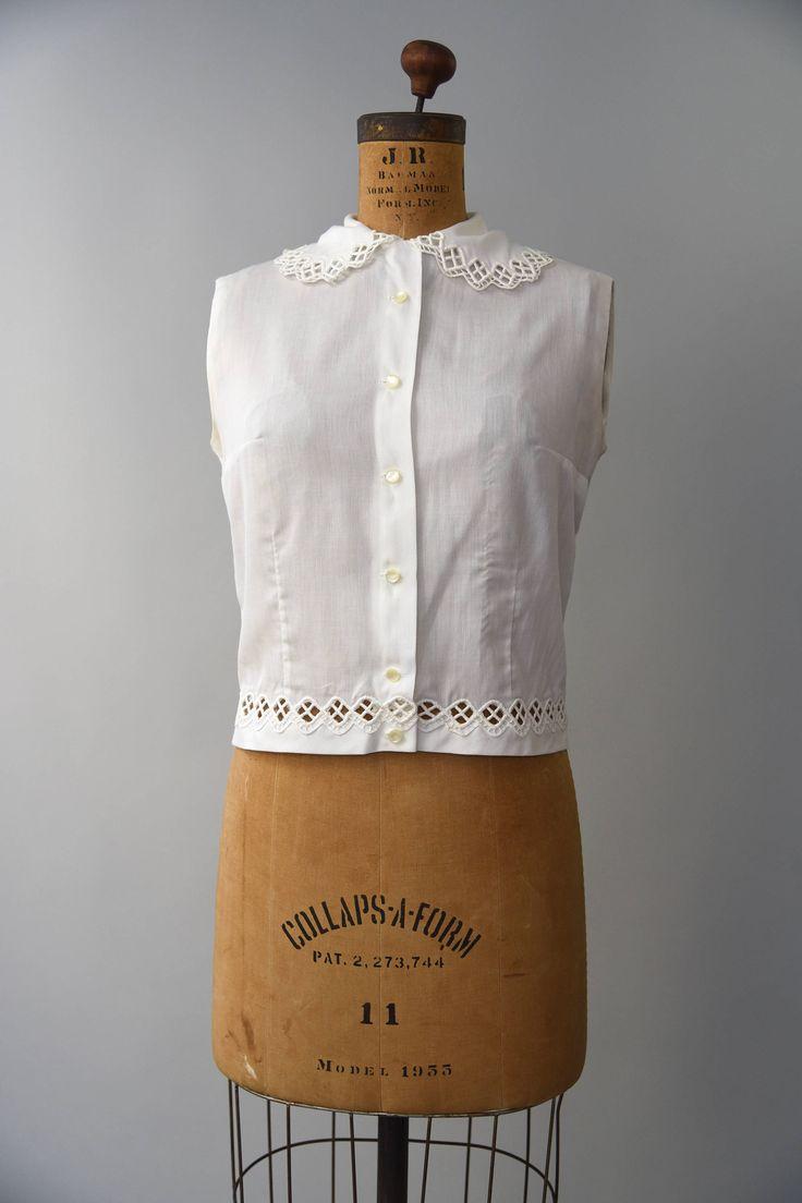 Schattig jaren 1950 witte katoenen blouse met knoppen aan de voorkant, geen mouwen, een grote beurt neer kraag met kant trim en bijpassende lace inzet in de taille. Super schattig!  voorwaarde: over het algemeen uitstekend, is een klein beetje mark in de buurt van het centrum taille, onopgemerkt. vers schoongemaakte en klaar om te dragen Label: Joanna materiaal: katoen  ---✄---Metingen---✄--- Bust: 34-36 in Taille: tot 33 in lengte: 18.5 in passen: kleine  ➸ GEEN TERUGGAVEN. Controleer of…