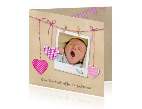 Lief kaartje voor jullie meisje met waslijn en hartjes. Plaats gemakkelijk zelf een foto achter dit polaroid fotokader op een kraft achtergrond.