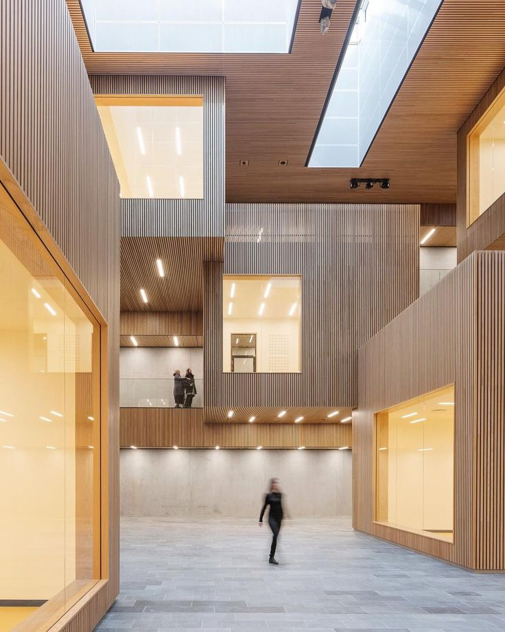 A stunning university atrium. The carefully cladded oak gives this space a uniqu…