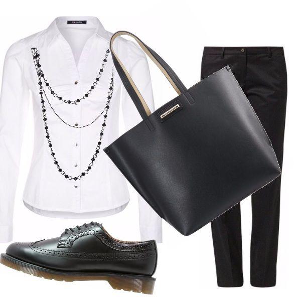 Bianco e nero per l'outfit adatto per il passeggio o per l'ufficio, composto da un paio di pantaloni sigaretta, abbinati ad una camicia bianca. Neri gli accessori: la borsa a tracolla, la scarpa maschile bassa stringata e la collana a tre giri.