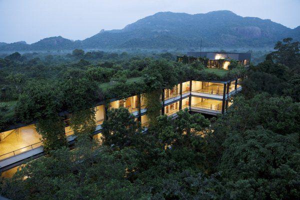 L'hôtel imaginé par l'architecte Geoffrey Bawa est dissimulé sous une épaisse couche de végétation.