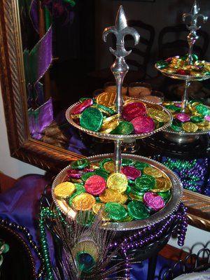 Mardi Gras~Candy doubloons make a pretty presentation on a sidebar. Laissez les Bons Temps Rouler!