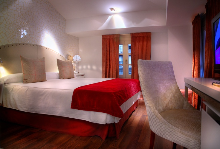 Habitación Superior con Jacuzzi. Disfruta de tu estancia en una romántica habitación decorada cuidando al máximo los pequeños detalles.