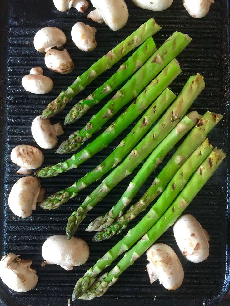 Grill de groene asperges dan verlies je geen voedingsstoffen. Smeer de plaat nooit in met olijfolie, dit verbrand tijdens het grillen.