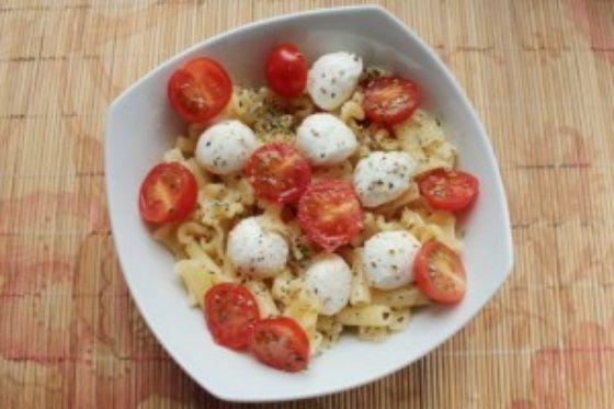 Теплый салат из пасты с моцареллой и помидорами