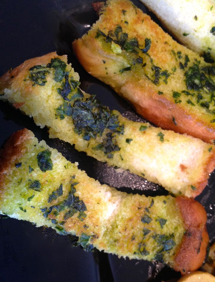 Palitos tostados de #pan #artesanal sienten la mantequilla de menta. #Toasted artisan #bread #sticks feel #mint butter.