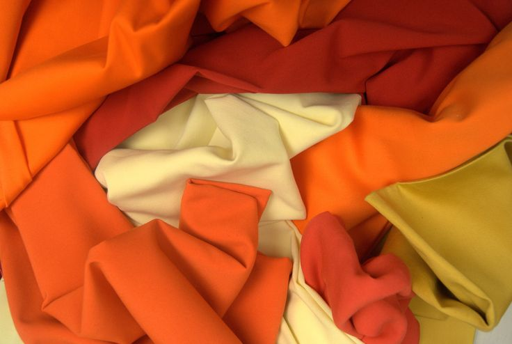 Tkaninowy zachód słońca!  Bursztynowe pomarańcze, słoneczne żółcie i ogniste czerwienie to modowy przedsmak nadchodzącego lata, który już teraz powinien wprowadzić nas w optymistyczny i radosny nastrój. Proponowane kolory możemy nosić samodzielnie lub w rozmaitych zestawach. Przyciągający oko efekt uzyskamy, łącząc ze sobą te trzy barwy na różnej grubości tkaninach- od delikatnych i lekkich jedwabi, szyfonów i atłasów po ciężkie i charakterystyczne dzianiny. http://textilecity.pl/