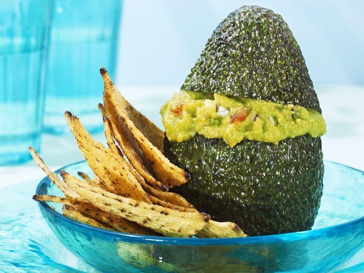 Praktisches Dip-Schälchen :) Avcado mit Guacamolefüllung und Nachos   Zeit: 20 Min.   http://eatsmarter.de/rezepte/avcado-mit-guacamolefuellung-und-nachos
