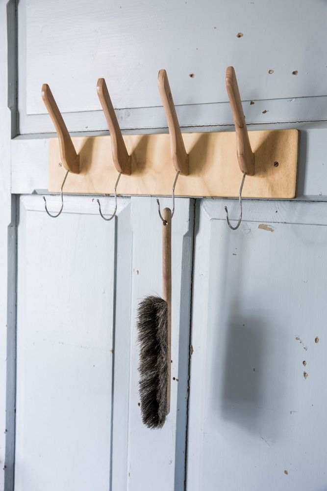 Kleshengerknaggrekke. Built by Eivind Stoud Platou Photo: Colin Eick From the book «Bygg selv – håndbok i hjemmesnekring av møbler», Kagge forlag (2016)