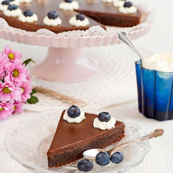 Kladdkaka de luxe med himmelsk mjölkchokladfudge som smakar kanel och kardemumma.