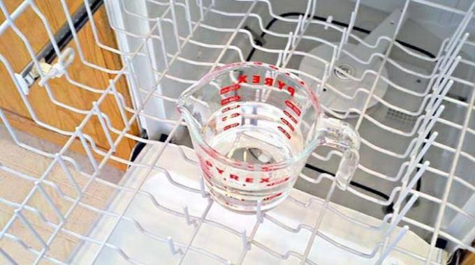 Votre lave-vaisselle a besoin d'être détartrer en profondeur ? Sachez qu'un lave-vaisselle entartré lave moins bien. Et si vous ne le lavez pas au moins 1 fois par mois, les mauvaises ode