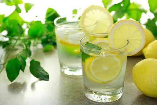 Agua-tibia-con-limón remedios alcalinos