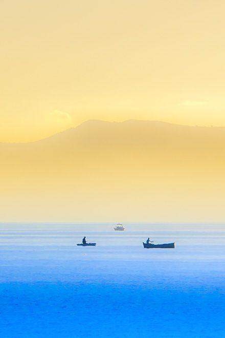 Der Golf von Palermo - Fischerboote zu Wasser http://www.trip-tipp.com/sizilien/ausfluege-stadt/palermo.htm #sicily #sicilia #italien #italy #italia