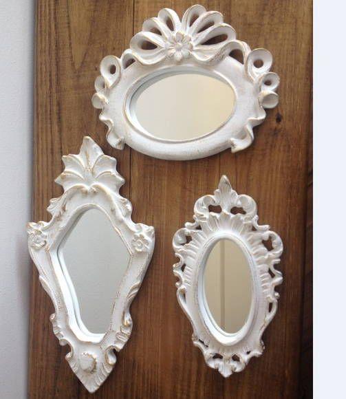 """Peças em Gesso, pintadas à mão, com pintura especial efeito """"Provençal"""" (branco com bordas douradas). Possui espelho nas três molduras."""