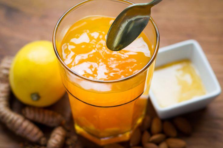 Mit diesem Tee aus frischem Kurkuma und Ingwer mobilisiert ihr eure Abwehrkräfte und liefert eurem Körper Energie und Antioxidantien.