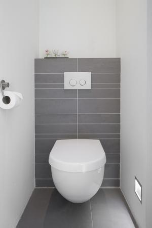 Bekijk de foto van Flatteus met als titel Simpel, strak toilet en andere inspirerende plaatjes op Welke.nl.