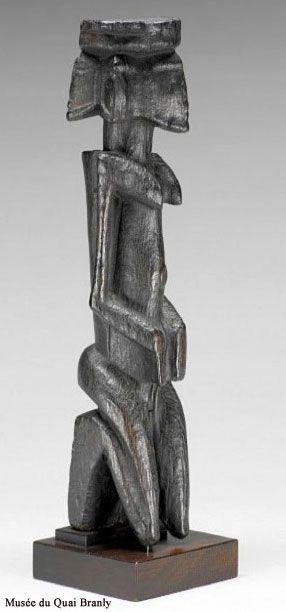 Les statues-autel, les ginin, affichent une représentation presque surréaliste de la tête. Ces personnages sont agenouillés, les fesses sur les talons et les mains au niveau de l'abdomen. Chaque tête (elles peuvent être multiples) se tourne vers un point de l'horizon. Sculptées à la demande d'un lignage, ces figures, vigilantes sur 360°, portaient une certaine responsabilité dans la défense de la famille.