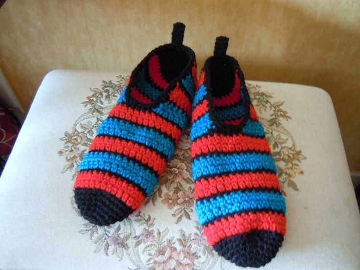 Coloridas zapatillas para andar en casa.