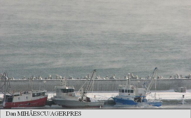 Un fenomen extrem pe litoral a fost observat luni dimineață, pe faleza Cazinoului din Constanța, unde trecătorii au observat că din apa Mării Negre ies aburi persistenți, în contrast cu banchiza de gheață proaspăt formată.