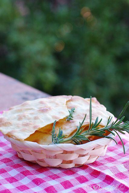 Un dejeuner de soleil: Pane carasau (pain croustillant typique de la Sard...