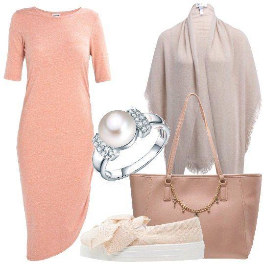 Un abito asimmetrico al quale sovrapporre per i primi freddi una mantella in cachemire color mandorla e completare con scarpe trendy e shopper sempre in toni delicati. Bello l'anello con perla coltivata.