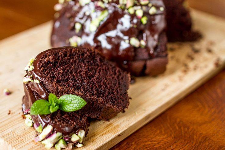 Κέικ με γιαούρτι και μαύρη μπύρα από τον Άκη. Δοκιμάστε την υπέροχη συνταγή κέικ σοκολάτας με μυστικό συστατικό τη μπύρα που πολλαπλασιάζει τη γεύση της σοκολάτας.