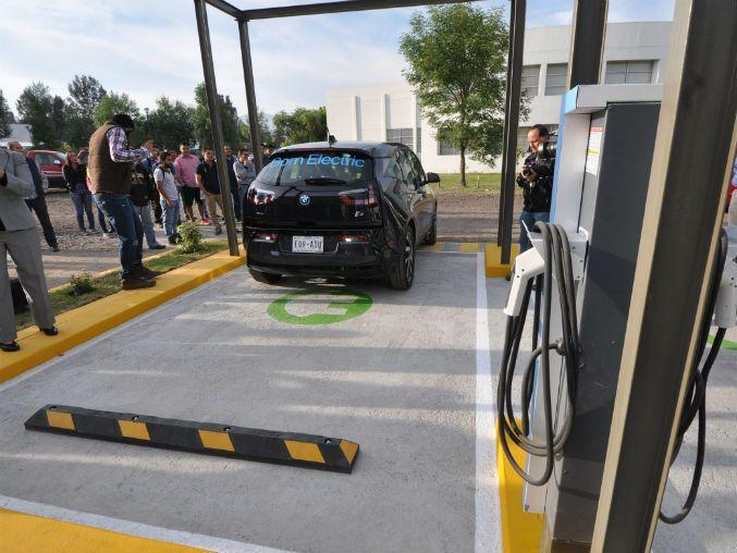El presidente de Ford México asegura que el país aún no está listo para los automotores eléctricos http://www.informador.com.mx/tecnologia/2016/658865/6/vehiculos-hibridos-mas-viables-que-electricos-para-mexico.htm