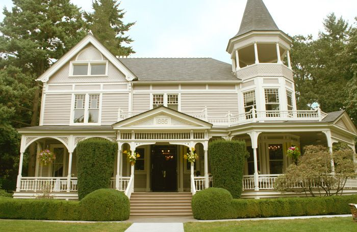 Real Wedding: Emilia and Ryan's wedding venue in Marshall House. A Victorian mansion on the historic Fort Vancouver grounds