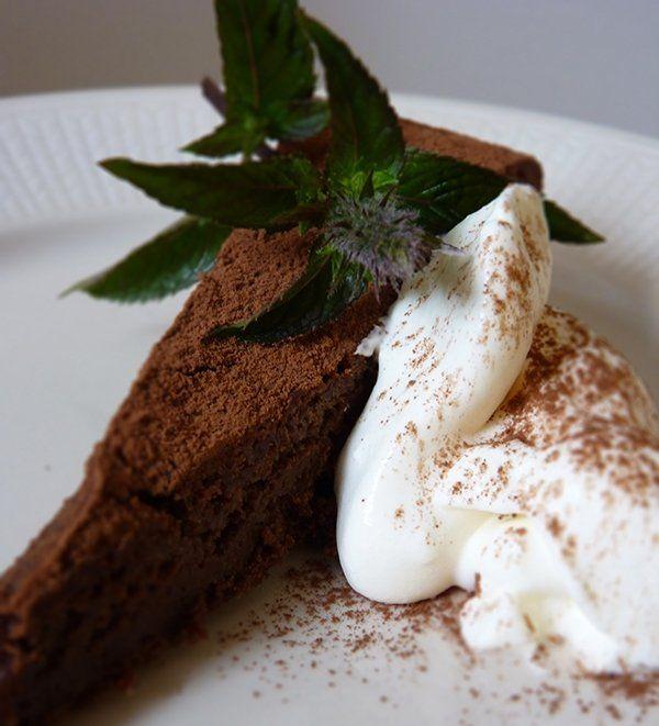 Recept på Fransk Chokladkaka. Enkelt och gott. Den här kakan brukar vara väldigt omtyckt av chokladälskare i alla åldrar. Kakan kan verka oroväckande lös när den först tas ur ugnen, men bara lugn. Den smälta chokladen gör att den blir riktigt kladdig och nästan konfektlik när den stelnar.