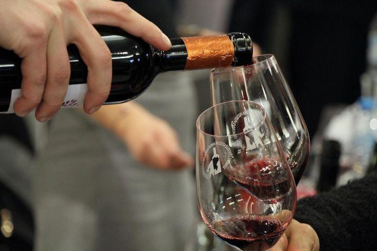 Πολλά και καλά τα κρασιά των παραγωγών της  Πελοποννήσου που παρουσιάστηκαν στο πανέμορφο Ελληνικό Μουσείο Αυτοκινήτου.