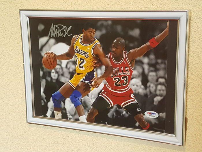 """Magic Johnson en Michael Jordan - Basketbal legendes Dream Team '92 - ingelijste foto origineel gesigneerd door Magic  PSA/DNA COA.  Earvin """"Magic"""" Johnson Jr. (Lansing (Michigan) 14 augustus 1959) is een van de meest succesvolle Amerikaanse basketballers aller tijden. Hij speelde als point guard bij de Los Angeles Lakers waar hij zijn grootste successen behaalde. Samen met Larry Bird (van de Boston Celtics) wordt hij gezien als een van de exponenten die het professionele basketbal weer…"""