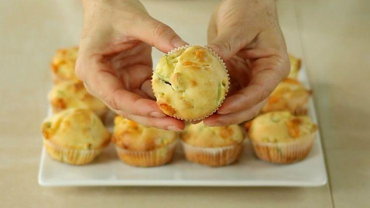 Ricetta dei muffins salati zucchine e provola. Una ricetta facilissima e veloce, da preparare in pochi minuti, per arricchire aperitivi e buffet!