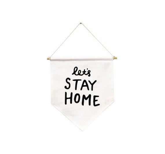 Un drapeau pour quand vous avez juste pas envie de quitter la maison ! Nous allons rester à la maison ! Les dimensions sont de 66 x 42 cm.    tissu