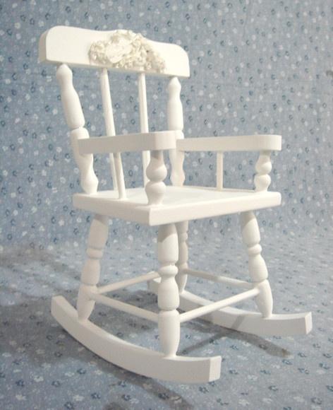Caderinha de balanço em madeira torneada. Pintura laqueada ou pátina provençal. Aplique floral em resina. R$65,00