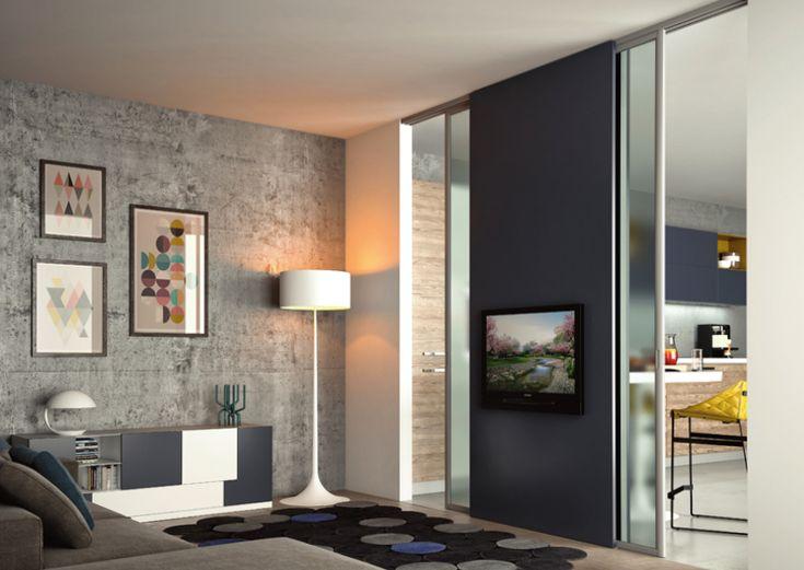 La lampada a piantana, messa in un angolo strategico, crea una atmosfera adatta al relax ed al riposo.