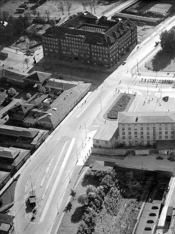 Кёнигсберг. Вид на Штадтхаус (ныне здание мэрии) и павильоны Немецкой восточной ярмарки (ныне площадь Победы). В центре проходит Belle Alliance stasse (ныне улица Гаражная). Справа частично виден Северный вокзал. Аэрофотосъёмка ок. 1943 года.