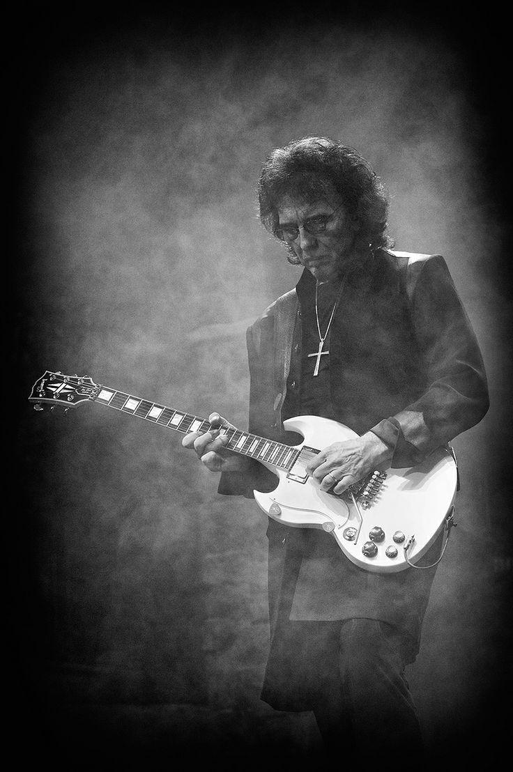 """Tony Iommi (Birmingham, 19 februari 1948) is een Brits gitarist. Hij is vooral bekend als lid van de rockband Black Sabbath. Hij is altijd trouw gebleven aan de Gibson SG, waar ook een """"Tony Iommi signature model"""" van is uitgegeven."""