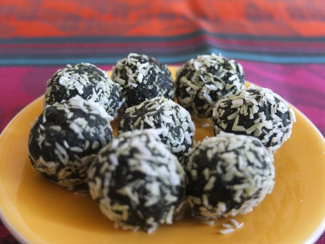 Spirulina energy balls #healthy #superfood #spirulina #blissballs #energyballs #matcha #nuts #coconutoil #recipe