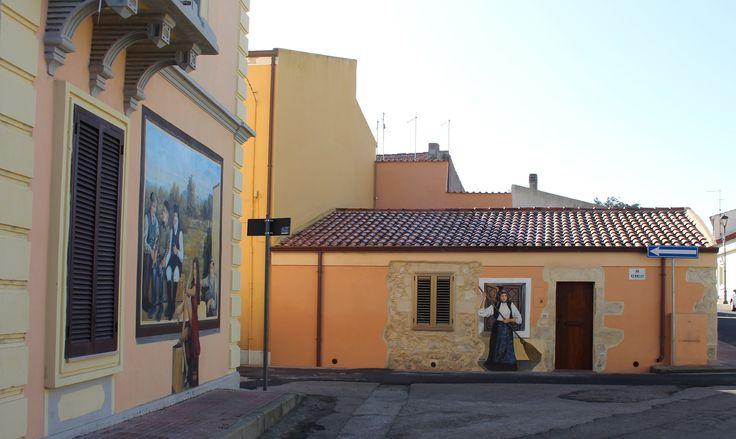 Sugli usci, tra le finestre, spuntano i colori degli artisti che hanno scelto Romana come luogo ideale per la loro arte murale...