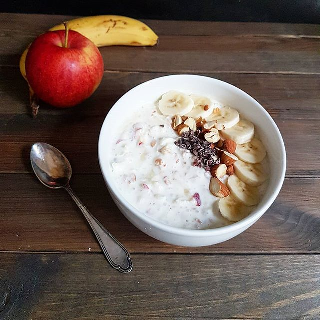 Over night oats the old way... Birchermüesli mit Bananen. Das traditionelle Frühstück ist fein und garantiert einen guten Start in den Tag. Wie sieht dein Montagsfrühstück aus?  #frühstück #zmorge #cakescookiesandmore #schweizerküche #swissfood #birchermüesli #birchermuesli #birchermüsli #müesli #müsli #overnightoats #bananen #apfel #haferflocken #schweizerfoodblog #swissfoodblogger