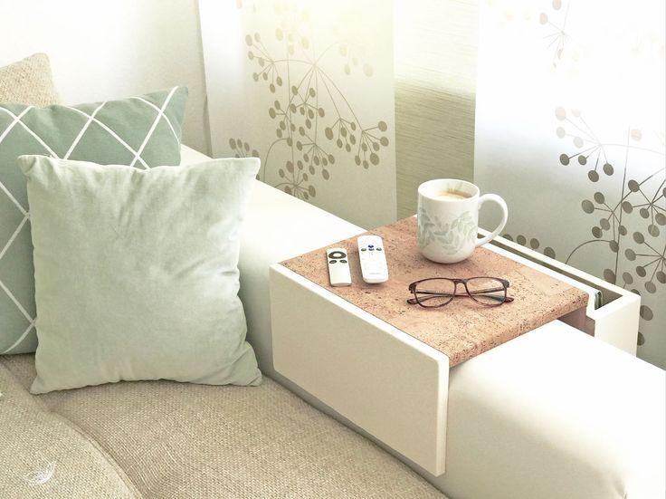 Alles liegt kippelig auf der Couchlehne und kann jeden Moment fallen? Kommt Euch das bekannt vor? Dann habe ich eine Lösung für Euch: Ein Couchtablett