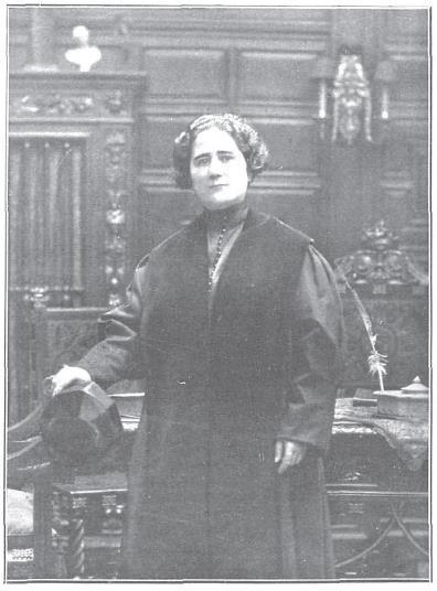 Clara Campoamor Rodríguez (Madrid, 12 de febrero de 18881 – Lausana, 30 de abril de 1972,2 3 ) fue una política española, defensora de los derechos de la mujer y principal impulsora del sufragio femenino en España, logrado en 1931, y ejercido por primera vez por las mujeres en las elecciones de 1933.  nació en el seno de una familia madrileña. Su padre, Manuel Campoamor Martínez fue contable en un periódico, y su madre M.ª Pilar Rodríguez Martínez, era costurera.