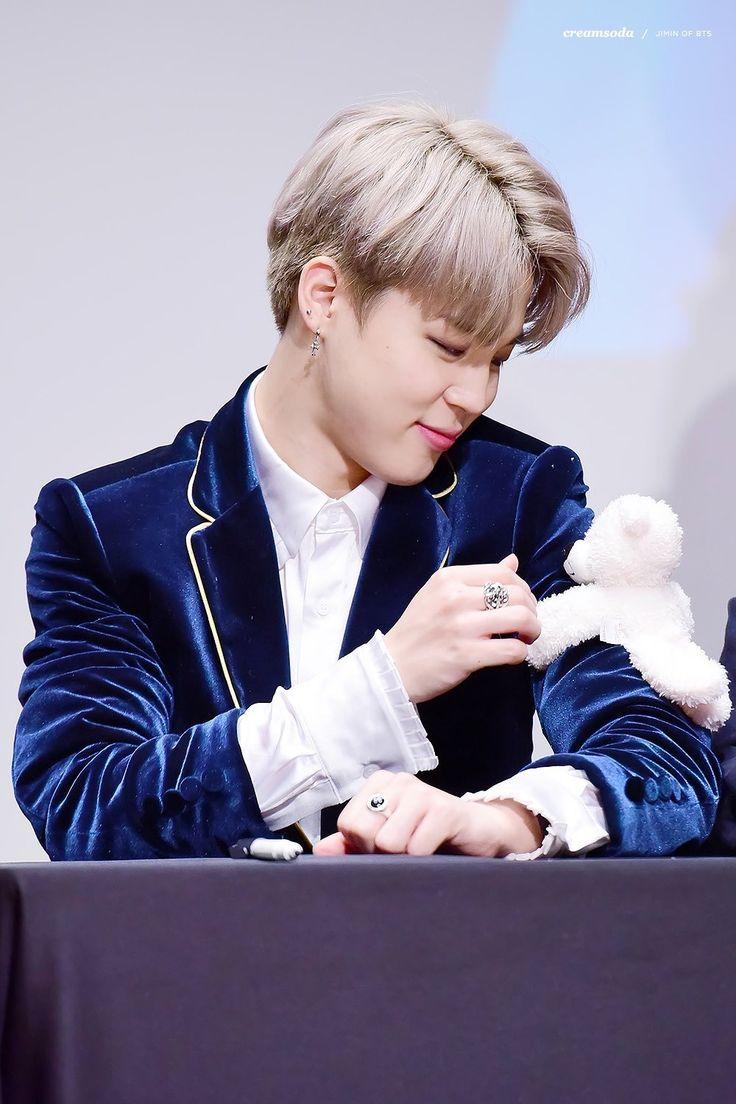 Um ursinho brincando com outro ursinho