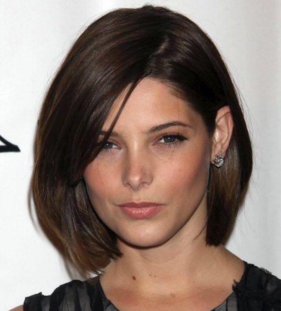 Гладкие волосы приобретают объем вследствие прически «каскад». Иногда кончики можно завить при помощи щипцов. Таким прядям подойдет длинная челка