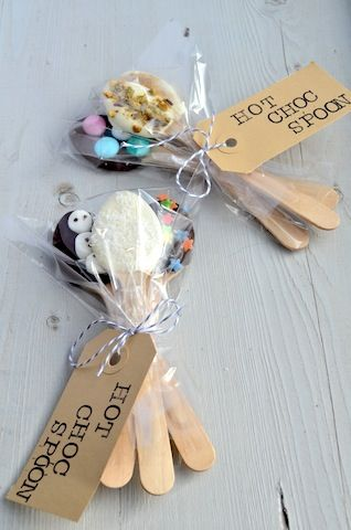 DIY Gift: Hot Choc Spoons.  These are something the kids can make for teachers, neighbors, friends and family.   #hot_choc_spoon #warme_chocolademelk