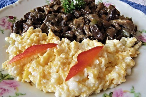 Podušené houby smíchanými vejci na másle